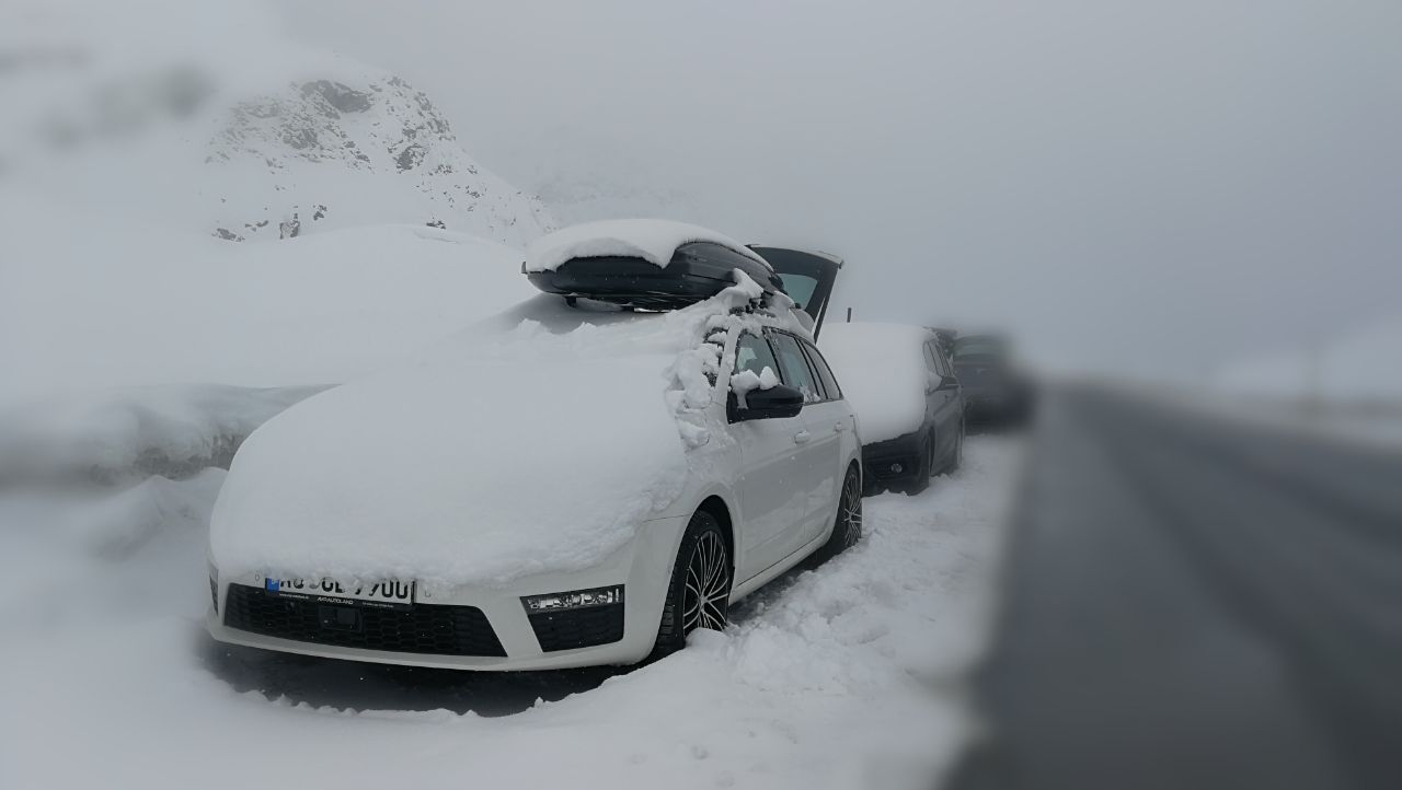 74 Tief verschneite Autos am Julierpass