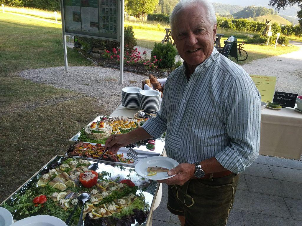 16 Begleitfahrer Manfred Mundel am abendlichen Buffet
