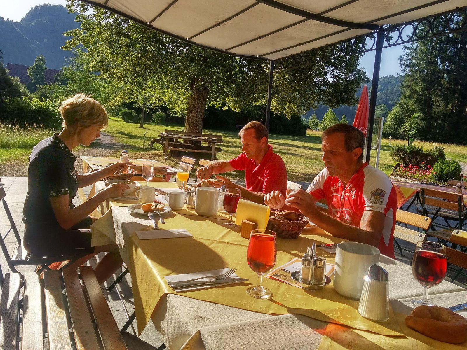 07 Frühstück im Schlossgarten